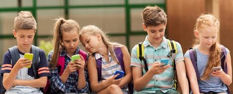 Kinder mit Mobiltelefonen