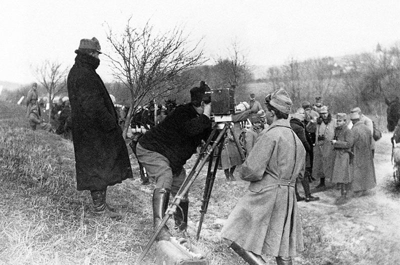 "Alexander ""Sascha"" Kolowrat-Krakowsky, Gründer der Sascha-Filmfabrik, an der Kamera bei Filmaufnahmen im Feld."