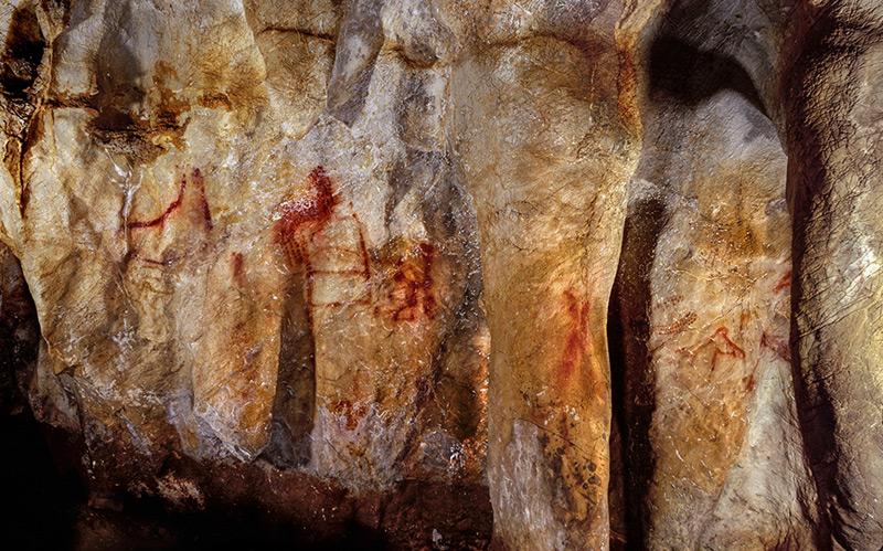 Das 64.000 Jahre alte Wandgemälde,entdeckt in der Höhle La Pasiega, im Norden Spaniens