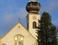 helle Kirche mit Zwiebelturm