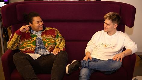 Melanie und Clemens von Möwe auf einem violetten Sofa