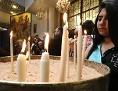 Orthodoxe Christin in Syrien zündet Kerzen an