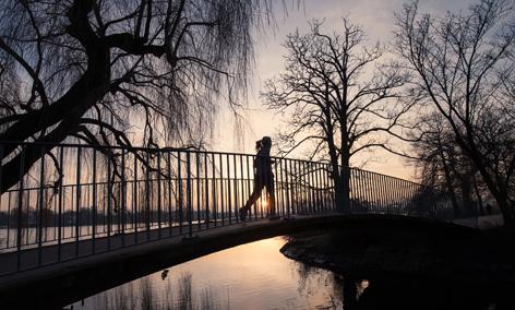 Joggerin auf Brücke im Winter