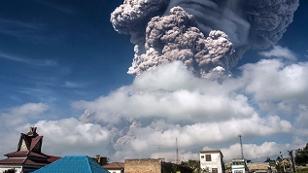Rauchwolke über Häuserdächern in Indonesien