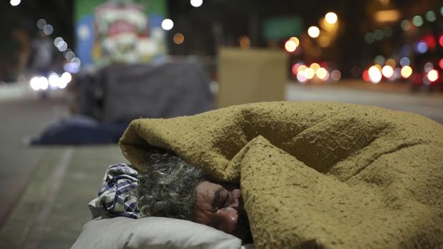 Obdachloser schläft auf Straße