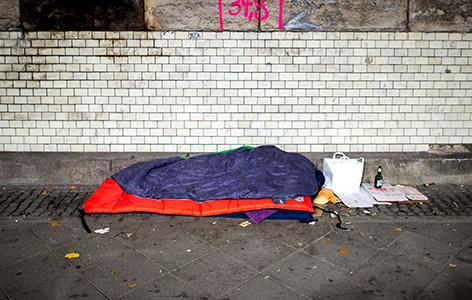 Obdachloser liegt auf Straße