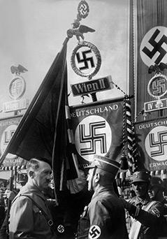 Adolf Hiter 1938 bei einem Aufmarsch in Wien