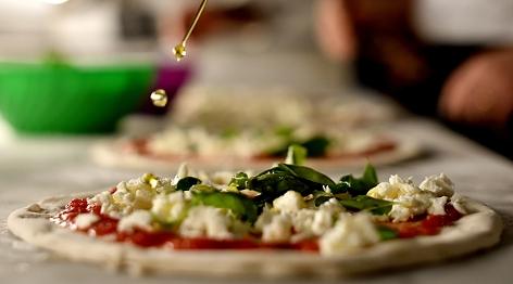 Eine Pizza auf dem Teller