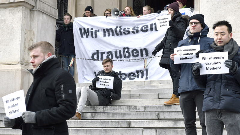 """Studierende protestieren gegen die Gesetzesänderung mit Transparent """"Wir müssen draußen bleiben"""""""