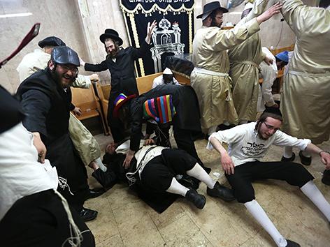 Junge Männer feiern zu Purim im Bezirk Mea Shearim in Jerusalem