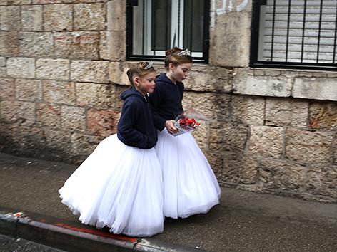 Verkleidete Mädchen zu Purim im Bezirk Mea Shearim in Jerusalem