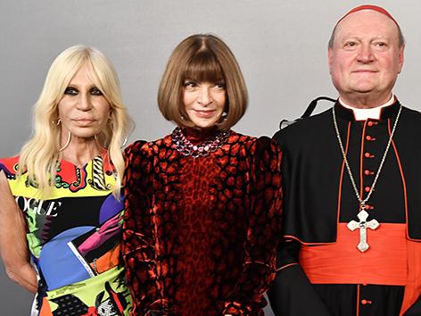 """Die italienische Designerin  Donatella Versace, """"Vogue""""-Chefredakteurin Anna Wintour und Kardinal Gianfranco Ravasi"""