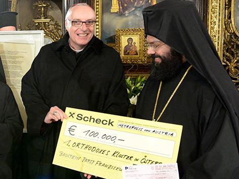 Ägidius Zsifkovits und Arsenios Kardamakis mit Scheck vom Papst