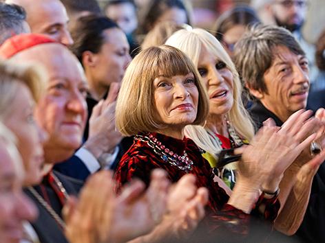"""Kardinal Gianfranco Ravasi, """"Vogue""""-Chefredakteurin Anna Wintour und die italienische Designerin  Donatella Versace"""