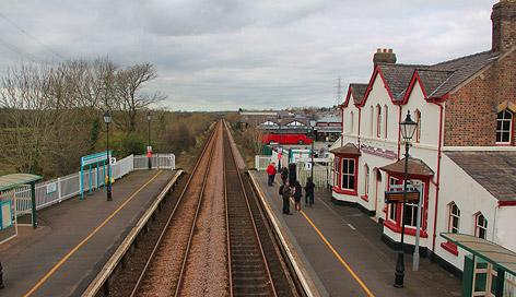 Der Bahnhof von Llanfairpwllgwyngyllgogerychwyrndrobwllllantysiliogogogoch in Wales