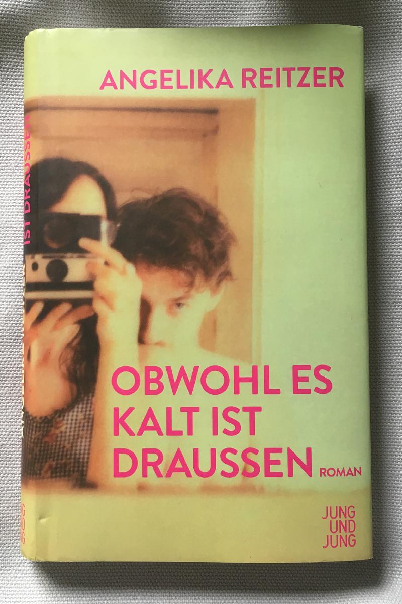 Buchcover: Frau hält Kamera in der Hand, Mann küsst ihre Schulter