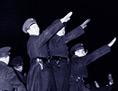 Nach der Kapitulation am 11. März 1938: Österreicher zeigen den Hitlergruß