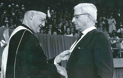 Schuschnigg (rechts) bei einer Ordensverleihung zu seinem Abschied von der Saint Louis University, Februar 1967