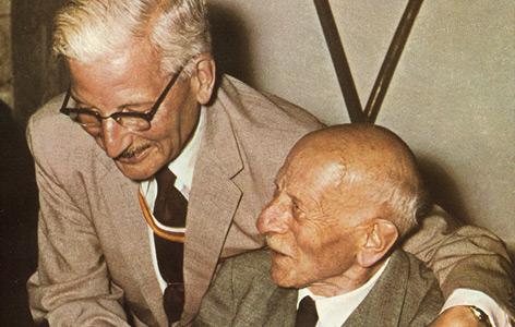 """Kurt Schuschnigg mit """"Austria""""-Bundesbruder Otto Ender bei einem Heimatbesuch, 1957"""