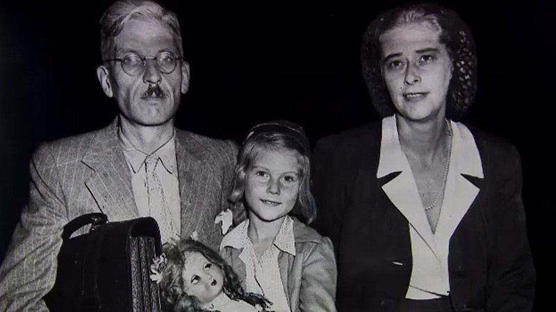 Kurt Schuschnigg mit Tochter Maria Dolores Elisabeth und seiner zweiten Ehefrau Vera bei der Ankunft in New York, September 1947