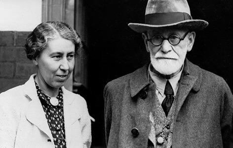 Sigmund Freud im Juni 1938 nach seiner Emigration nach London mit seiner Tochter Mathilde