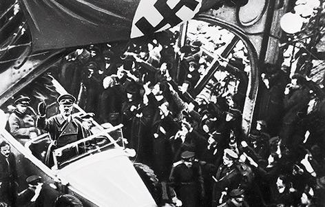 Hitler auf der Inn-Brücke in Braunau