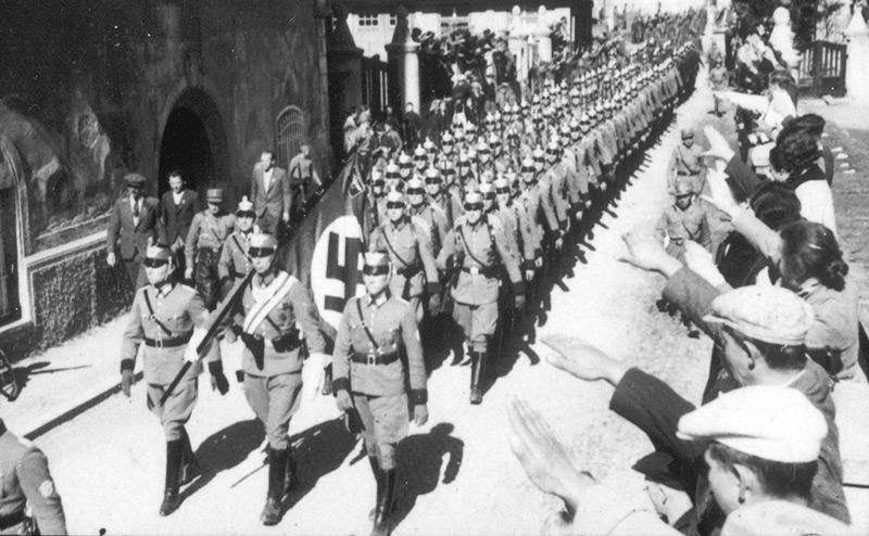 Deutsche Polizeitruppen marschieren in Formation
