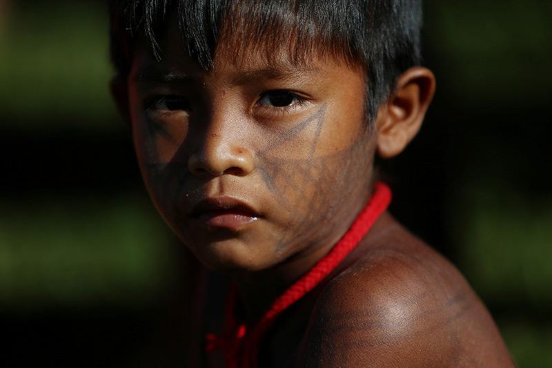 Indigen: Kind eines Amazonas-Stammes