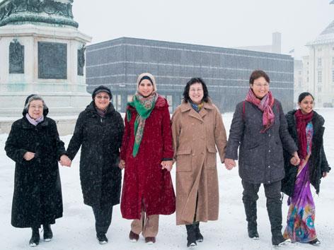 """Amani Abuzahra, Dulika Edirisingha,  Barbara Heyse-Schäfer,  Sr. Beatrix Mayrhofer und Veronika Pernsteiner sowie Joan Salmang """"Hand in Hand"""" gegen Rechts"""