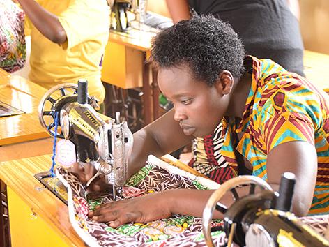 Eine junge Frau an der Nähmaschine in Ruanda