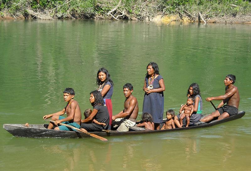Pirahã: Familie in einem Boot