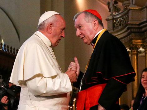 Papst Franziskus im Gespräch mit Vatikanstaatssekretär Pietro Parolin