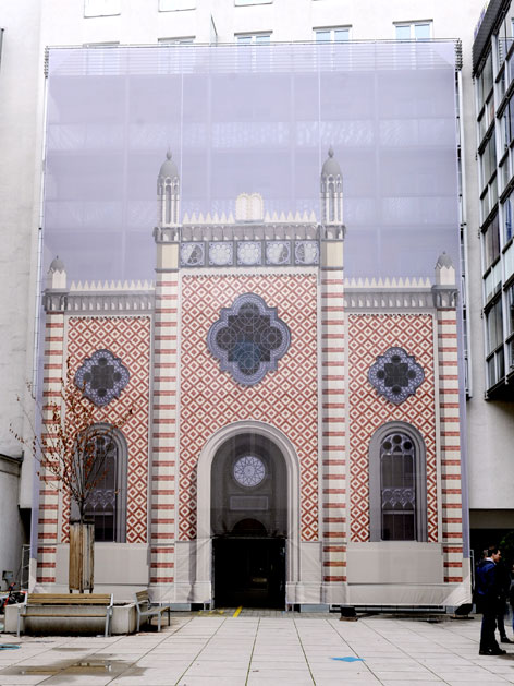 Rekonstruktionsbild des Leopoldstädter Tempels auf einer Plane an einer Hausfassade