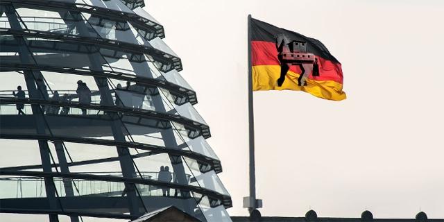 Deutscher Bundestag mit Flagge mit Trojanischem Pferd