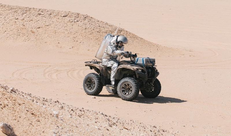 Analogastronaut fährt durch die Wüste von Oman