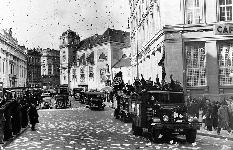 11. März 1938: Menschen auf LKWs in Wien werfen Flügblätter in die Luft