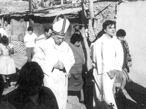 Bischof Jorge Mario Bergoglio bei einem Besuch der Slums von Buenos Aires 1998