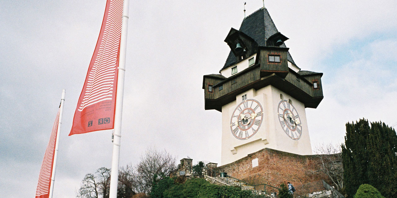 Grazer Schlossberg und Diagonale-Fahnen