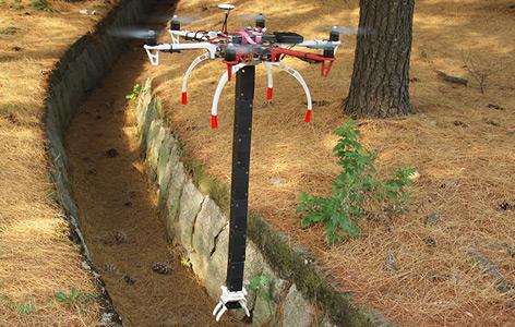Drohne mit dem faltbaren Roboter