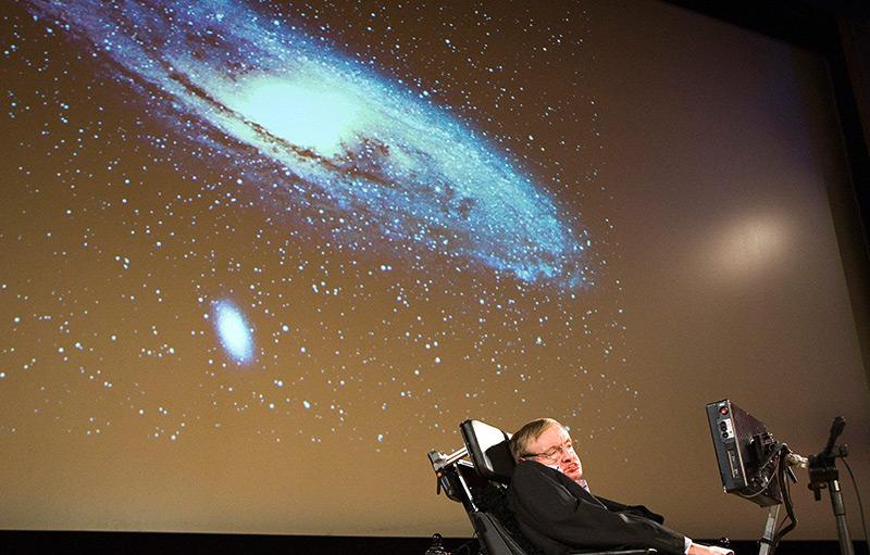 Stepehen Hawking bei einem Vortrag über Kosmologie
