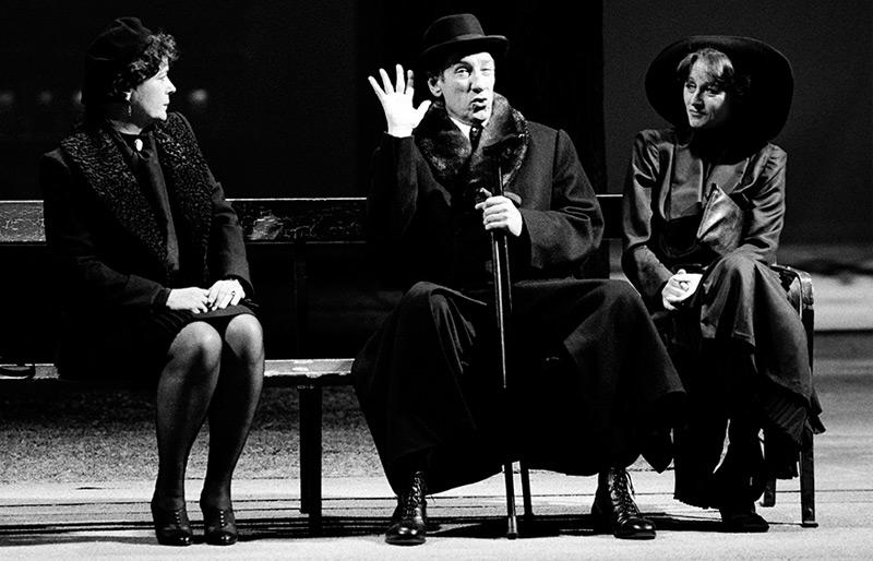 """Wolfgang Gasser als """"Dr. Schuster"""" mit Elisabeth Rath (r.) und Kirsten Dene (l.) in Thomas Bernhards """"Heldenplatz"""" am 3. November 1988 im Wiener Burgtheater"""