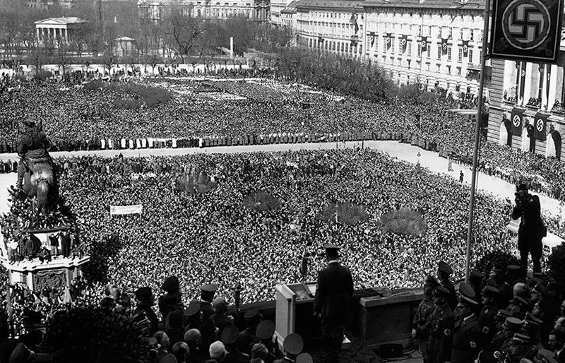 Hitler spricht am Heldenplatz