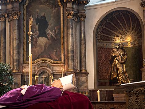 Der aufgebahrte Kardinal Karl Lehmann in der Mainzer Augustinerkirche
