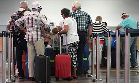 Passagiere beim Check-in für einen Air Berlin-Flug