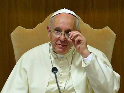 Papst Franziskus richtet seine Brille zurecht