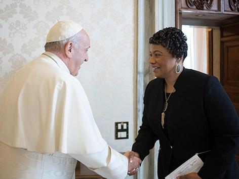 Pastorin Bernice King, die Tochter von Martin Luther King mit Papst Franziskus