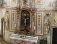 Kreuz in weißgoldenem Altar