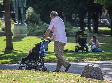 Älterer Mann mit Kinderwagen im Wiener Burggarten