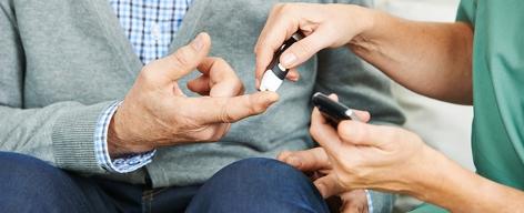 Blutzuckermessung bei Patient mit Diabetes
