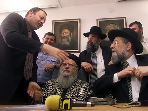 Hassan Jabar mit Rabbinern bei Vertragsabschluss für die Übernahme von gesäurtem Gebäck für die Zeit des Pessach-Festes